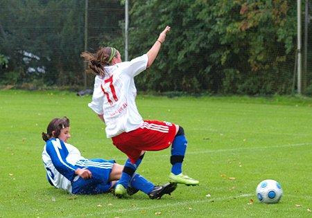 Ein Beispiel für die Gangart von Ellas: Cevik holt ungeahndet Teixeira von den Füßen.